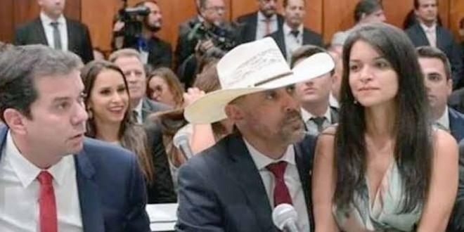 #Artigo| O DEPUTADO COM A MULHER NO COLO