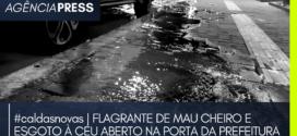 #caldasnovas | MAU CHEIRO E ESGOTO À CÉU ABERTO NA PORTA DA PREFEITURA